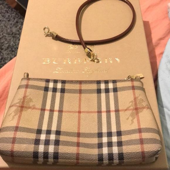 Burberry Handbags - ❤️Authentic classic Burberry print clutch ❤️ 3b8a10ff7690b